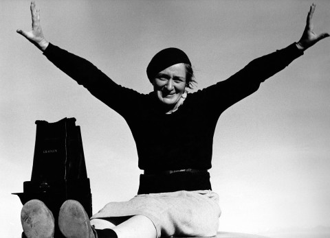 Photographer Dorothea Lange with Graflex camera (1937)