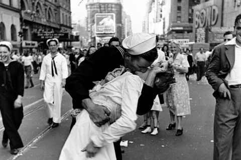 George Mendonsa iconic photo by Alfred Eisenstadt sailor kissing WW2